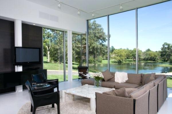 Rumah Luas Dengan Kaca